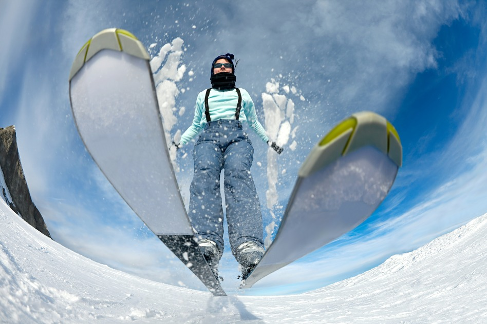 en skiløber med skibukser og skijakke